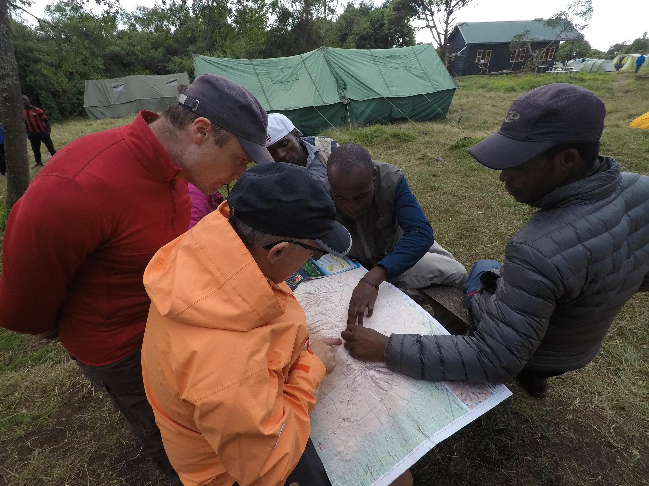 Studerer kartet og veien videre i Simba Camp