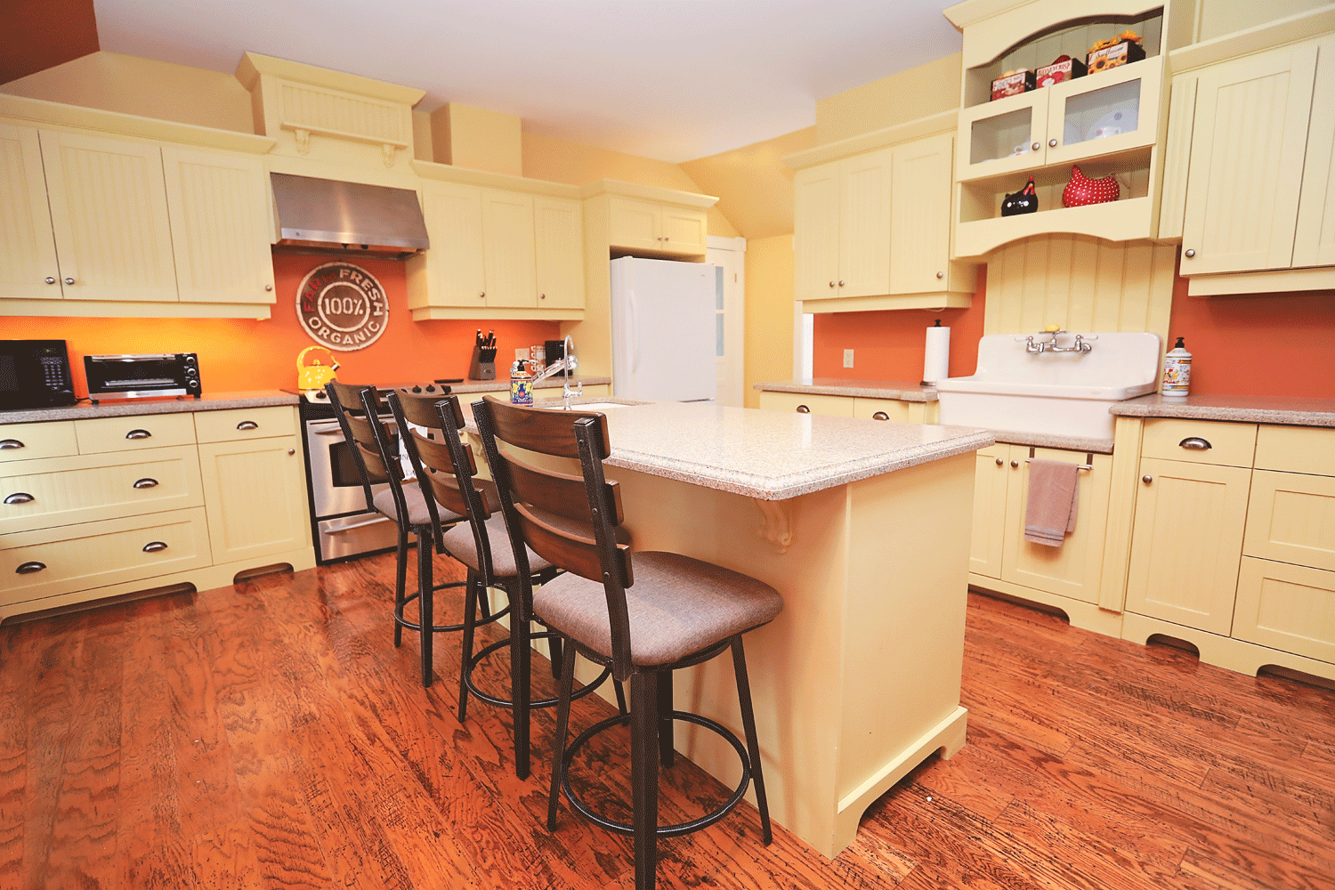 farmer's kitchen - A full kitchen, including electric range & oven, microwave, toaster oven, dishwasher, full size fridge/freezer, dishwasher, coffee maker, kettle, farm sink, island sink and a breakfast bar.