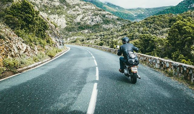 Those freedom machines - cruising #corsica with @matroosi @hillsonsco #onedownfourup #braap #chopper #ridemotorcycleshavefun #explore #roaming #roadtrip #harleydavidson #fujix100f #fujiframez #fujixseries