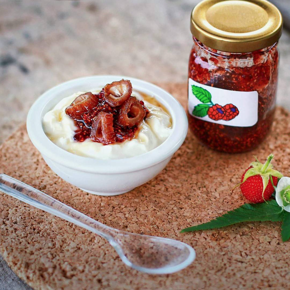 POSTRE CON MERMELADA DE MORA  - Agregale a tu   Yogurt Griego Artesanal GOA   un poco de Mermelada de Moras casera + unos Dátiles y tienes un postre delicioso!