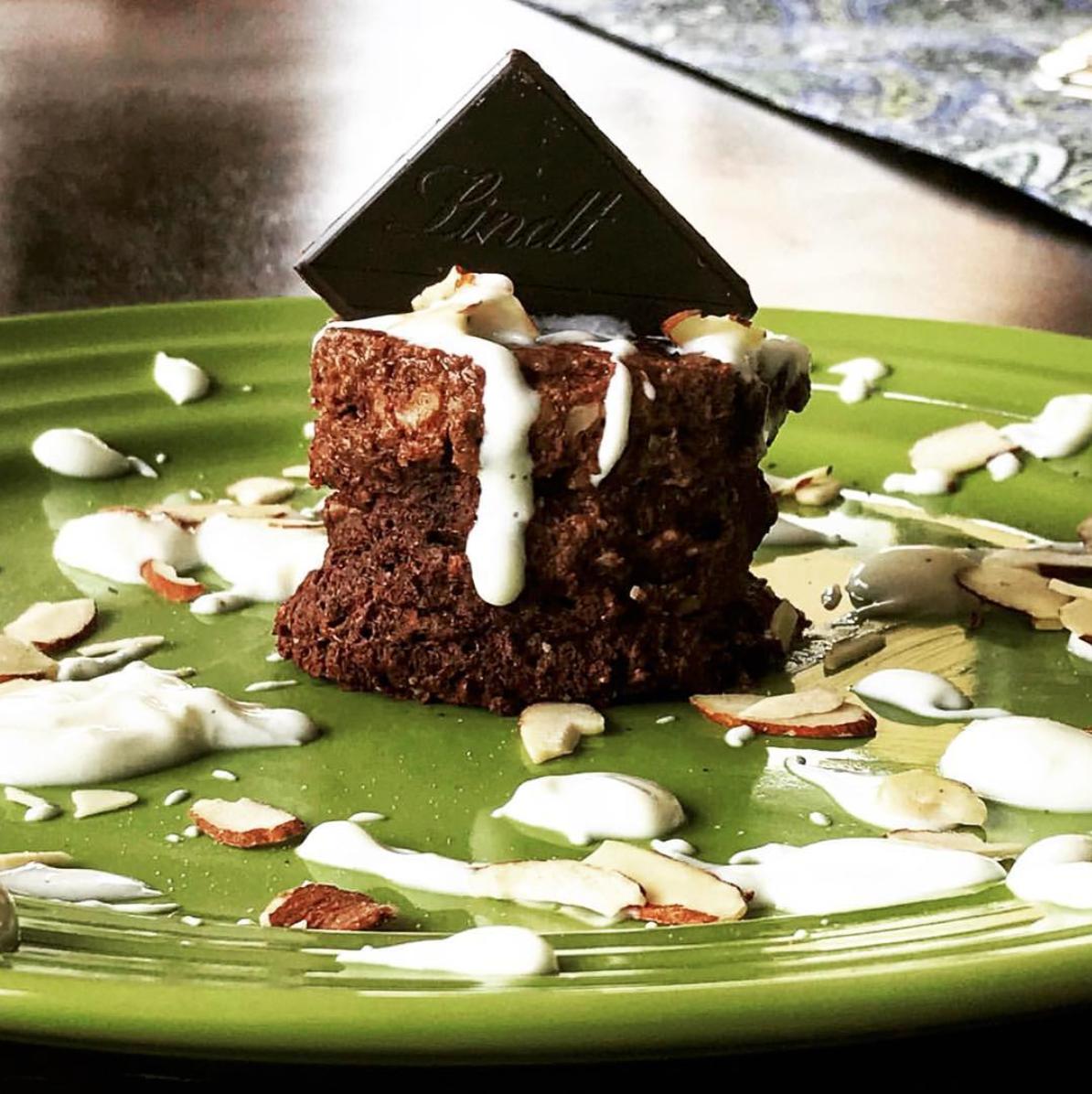 CHOCOLATE   #GUILTFREE   MUG CAKE  - Un postre o snack demasiado rápido que te quita el antojo por el dulce!!! 🙌 ✅El topping ⬇️⬇️ le quita el sabor AMARGO al chocolate ✅Bajo en calorías y alto en nutrientes - Ingrediente: * 2 c/ditas de cacao en polvo 🍫 @lok_foods  * 1 clara de huevo 🥚 * 2 c/das de leche de almendras @so_delicious (o la que usen) * 2 c/das de harina de almendras (o la que prefieran) * 1 tableta de chocolate oscuro en trocitos @lindt.colombia (opcional pero le da un sabor muy rico) * Stevia * 1/8 c/dita polvo de hornear * Esencia de vainilla (opcional) Preparación: 1. En una taza mezclan MUY bien todos los ingredientes 2. Lo meten 1 minuto y 1/2 al microondas y ya está 🏃♀️🏃♀️🏃♀️ Topping: * Mi topping favorito saludable es comer dos c/das de  Yogurt Griego Artesanal   @yogurtgoa  y mezclarlo con un poquito de stevia (Es literalmente un frosting saludable) 🤤🤤 y le quita un poco el sabor amargo al chocolate para los que no son amantes del oscuro!