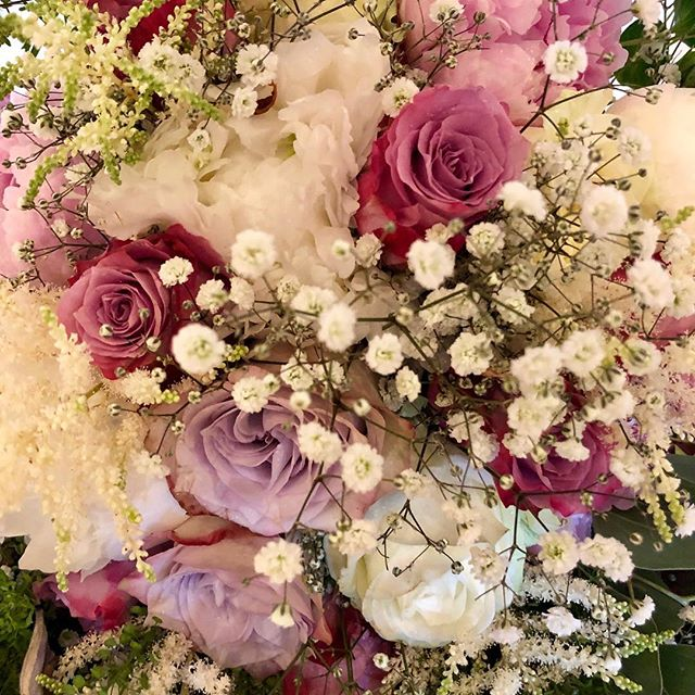 Bridal bouquet #weddingflowers #happybride #bridalbouquet #lovingarose