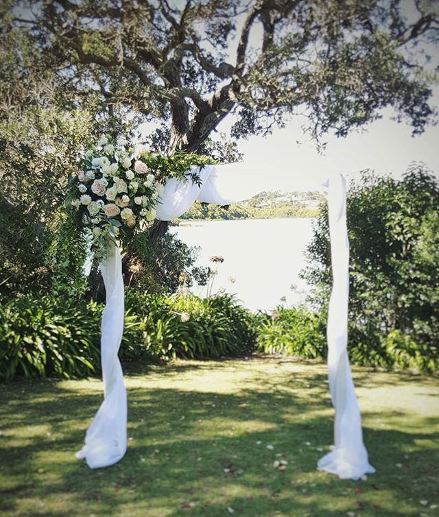 Gorgeous arch flowers by @thewildbunchflorist @orakeibaynz. #loveisintheair