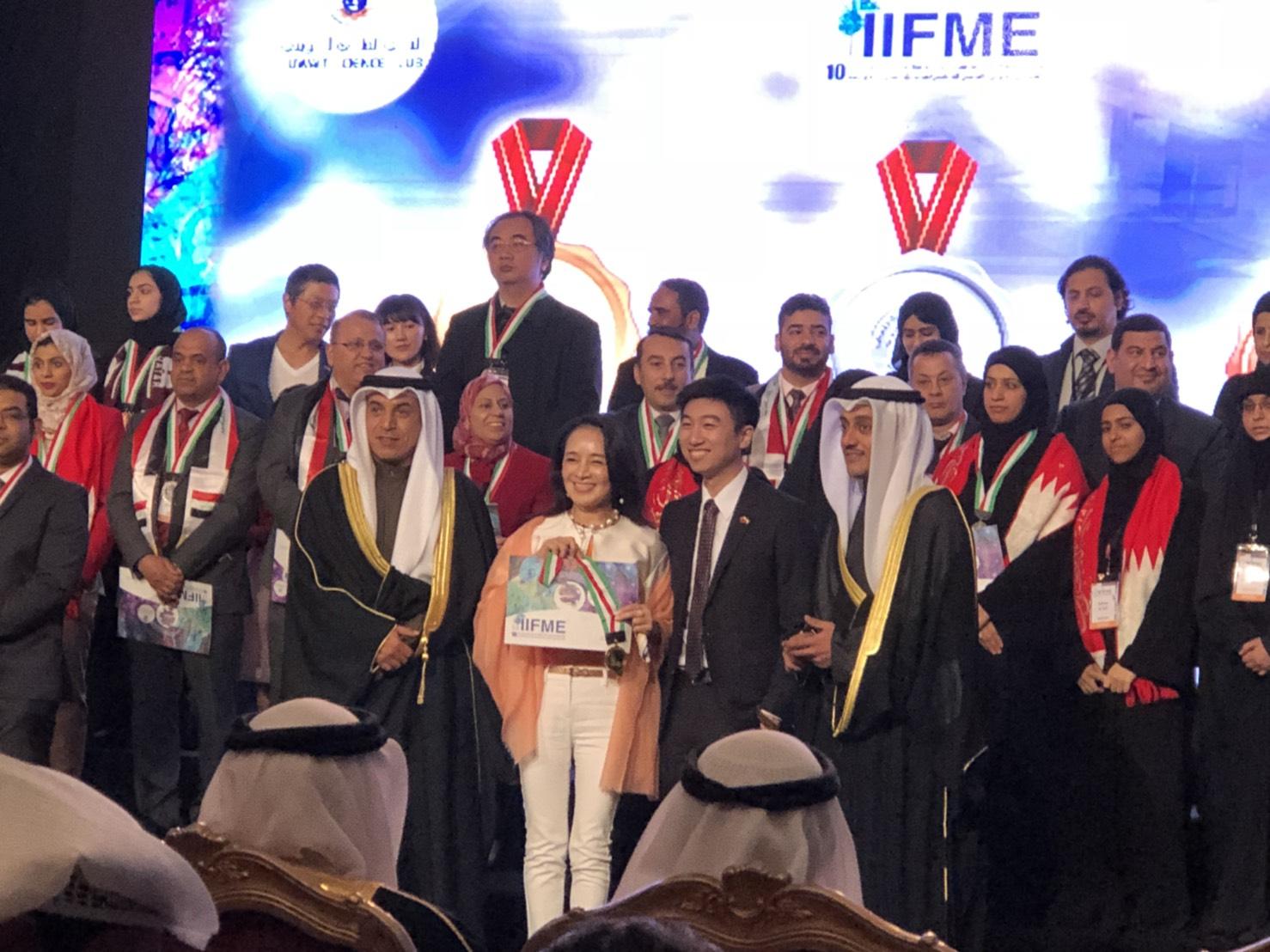 2018科威特中東國際發明展1月28日至31日在科威特王國舉行,台灣計有6家廠商、3所學校,共17人、16件作品參與,在20多個參展國家中,得獎數為大會第一。    中東是國人較陌生的地區,但科威特是我國主要石油供應國之一,每年購買上千億台幣石油,逆差嚴重。這次中華台北著作權人協會組團參展,期盼我國發明家更了解科威特的風土人情與生活習慣,取得中東商機,讓台灣的產品走進中東社會各階層。    這次展覽,中華台北著作權人協會參展團共獲得7金、3銀、6銅牌,以及3件大會特別獎,使我國獲得的獎牌數居各國之冠。由於科威特為阿拉伯語系,團員與大會人員溝通較為困難,駐科威特代表處牟華瑋代表、涂組長、駐沙烏地阿拉伯代表處經濟組簡秘書,均到場協助推廣貿易,科威特台貿中心周主任也邀約貿易商到場參觀,在產官學界共同努力,使本次展覽達到最佳效果。    中華台北著作權人協會表示,  人本自然生技公司 的「鹼質享塑」產品,榮獲金牌及 WIPO世界智慧財產組織特別獎,「鹼糖」及「老將軍真久霜」亦榮獲金牌,是全場獲獎最優的單位,產品適合阿拉伯地區,吸引眾多洽商者。   人本自然生技公司 是台灣團的金牌獎得主,更以非聯合國會員國卻能獲得世界智慧財產組織所頒給之WIPO AWARD,此獎項為所有金牌獎得主中再選出之最傑出發明家(自1979年至2009全球僅240位婦女獲此殊榮,代表聯合國對發明者頒贈最崇高的榮譽獎項。  WIPO獎已成為對發明者和創造者頒發的最負盛名的獎項之ㄧ而享譽世界,這獎項的肯定除展現台灣女性創作人細膩的思維,及不讓鬚眉的傲人成果與能力外,更顯示出我國在科學研究上向下紮根的成就。