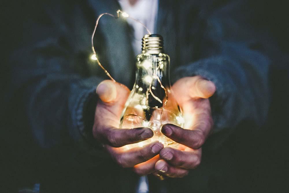 不僅點亮每個家庭的燈,也同時點亮希望