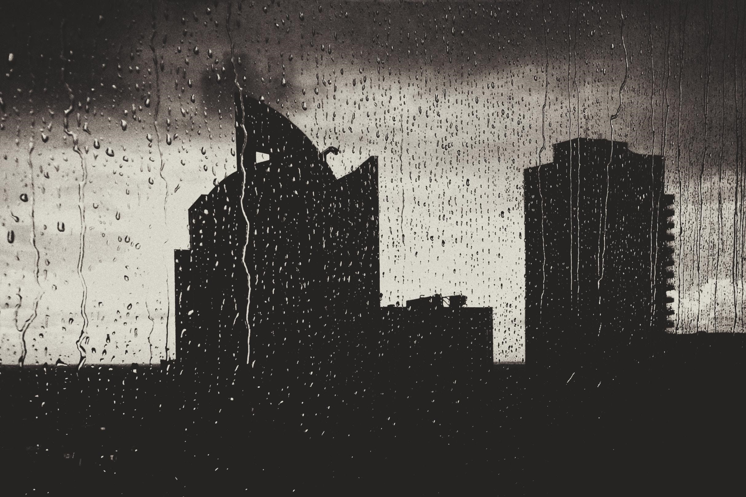 劇烈天氣變化,窗外一片灰暗,暴雨來襲
