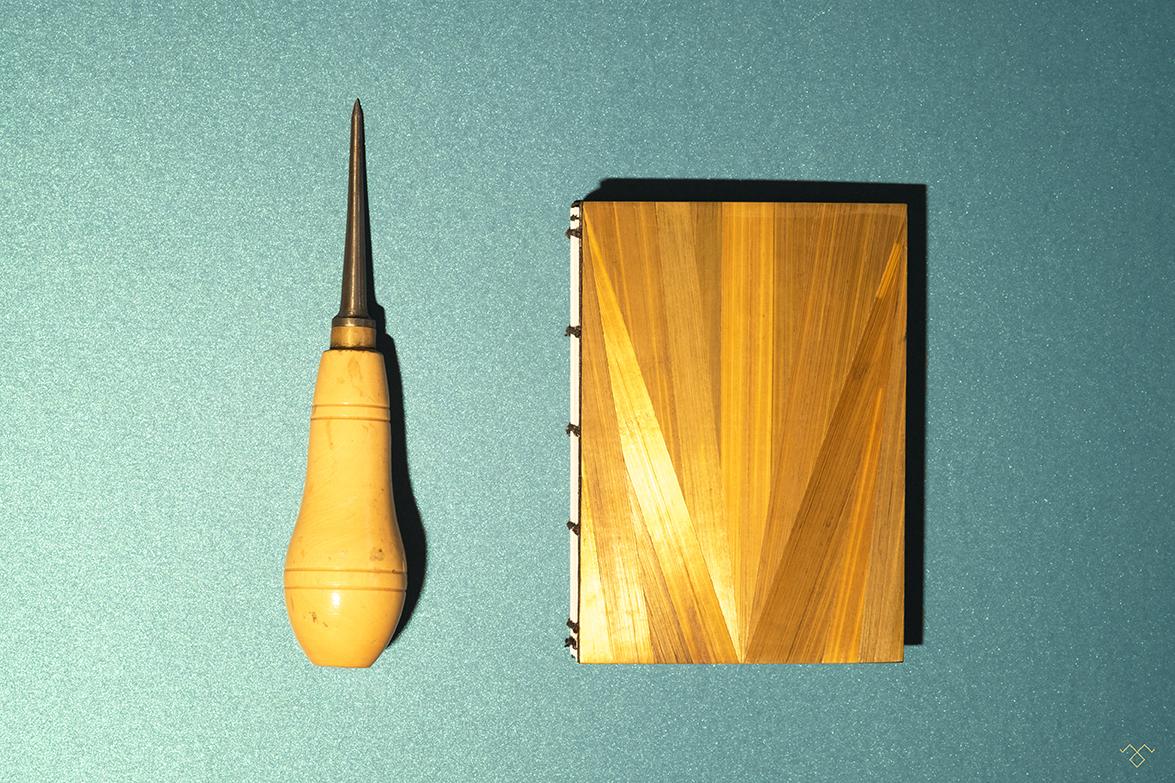Rinck-Manufacture-carnet-marqueterie-paille-orange-poinçon.jpg