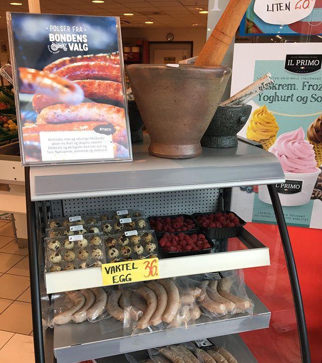 Plutselig var Lundis på Grisen utsolgt for de deilige Flatskjær fennikel-pølsene våre med fennikel, koriander og tare. Men vi ilte til med ny ladning! Nå får du også kjøpt pølsene våre hos Lyngør Husholdningshandel. Jippi!:) #fennikelpølse #pølser #lammepølser #økologisk #tare #lundis #butikkenogpers #lyngørhusholdningshandel