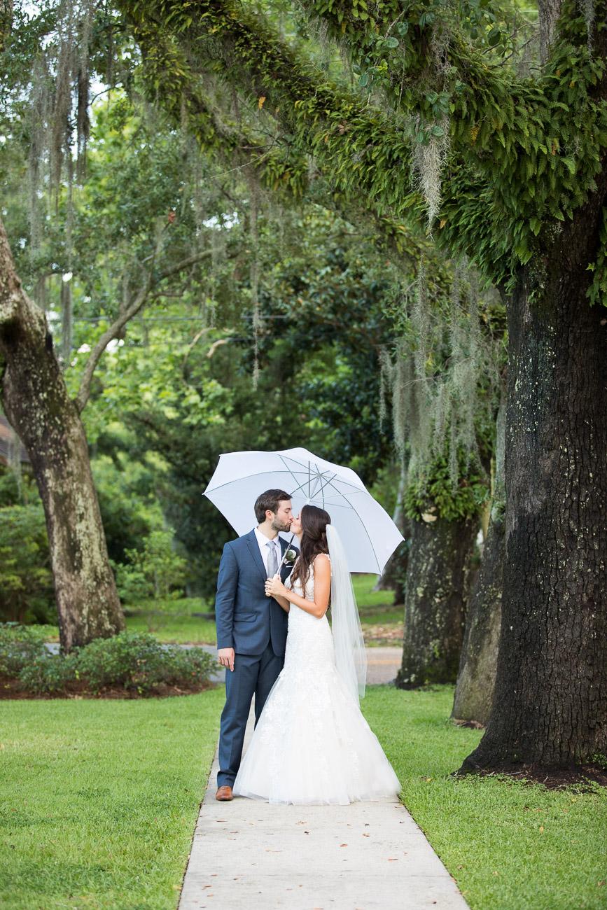 Live oaks + Spanish moss + a newlywed kiss = pure romance!