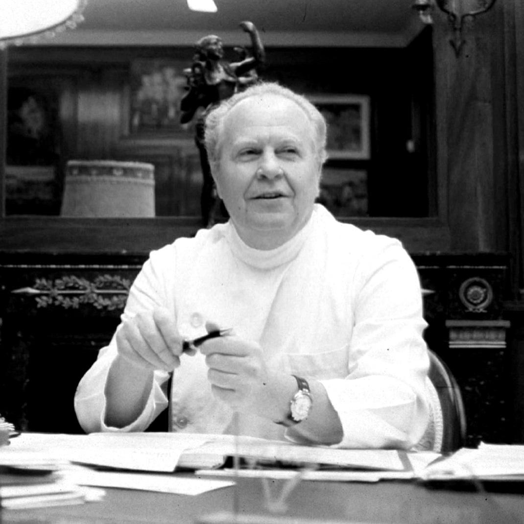 40 vuotta intohimoista työtä - Laboratoires GERnétic Synthèse -laboratorion perustaja, solubiologi ja solujen vanhenemisprosessien ehkäisemisen pioneeri, Tohtori Albert Laporte käytti koko uransa tähän tutkimukseen.GERnétic Internationalin taru alkoi muotoutua 1960-luvulla, jolloin pariisilaisessa pahojen palovammojen hoitoon erikoistuneessa sairaalassa tuolloin työskennellyt Albert Laporte alkoi tutkia soluterapian mahdollisuuksia ihon hoidossa. Hän pyrki sekä lieventämään potilaiden kärsimyksiä että parantamaan vaurioituneen ihon kuntoa ja ulkonäköä.Myöhemmin Tohtori Laporte siirsi innovoivan soluterapiakonseptinsa kauneudenhoidon puolelle ja alkoi kehittää sitä siellä. Hän halusi luoda erityisen tehokkaan tuotesarjan, joka sisältäisi runsaasti tiiviissä muodossa olevia tehoaineita.