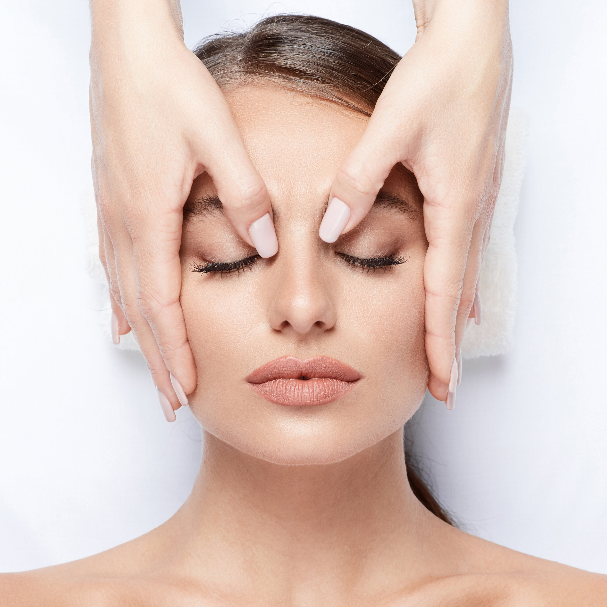 6. Suojaus - Hoidon jälkeen valitsemme ihotyypille soveltuvimman päivävoiteen sekä aurinkosuojan, jotta syvähoidettu iho pysyy täydellisesti suojattuna.