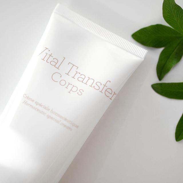 GERnéticin uusi Vital Transfer-linja on kehitetty erityisesti hormonaalisesti ikääntyvälle iholle. Ikääntyessä kehon biologisen hyaluronihapon tuotanto vähenee merkittävästi, jonka vuoksi iho sekä limakalvot kuivuvat herkästi, ja iho menettää paksuuttaan. Vital Transfer-linjan tuotteet aktivoivat biologisen hyaluronihapon tuotantoa, tuottaen ihoon täytelöittävän ja intensiivisesti kosteuttavan vaikutuksen. Vital Transfer Corps-vartalovoide soveltuu erityisesti herkän ja ohentuneen kaulan, decolteen ja käsivarsien hoitoon. 🌿 ___ New GERnétic Vital Transfer-line is developed especially for hormonally aged skin. When skin is aged, it's biological hyaluronic acid production slows down. This causes skin and mucous dryness, and also thinning of the skin. Vital Transfer-products activate the production of biological hyaluronic acid, which helps to plumpen and intensively moisturize the skin. Vital Transfer Corps-cream is especially suitable for delicate and easily thinned skin areas of the neck, decollete and arms. 🌿