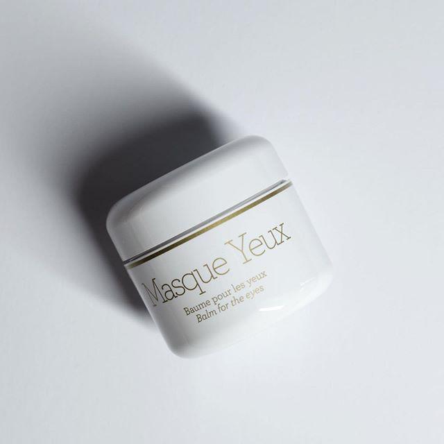 Väsynyt ja turvonnut katse? Tehokkaasti kirkastava Masque Yeux silmänympärysnaamio on todellinen virkistyssekoitus stimuloivia ja kuona-aineita sekä nestettä poistavia aktiiviainesosia.  Herkkää silmänympärysihoa voitelevat kasviöljyt pehmentävät ja silottavat kuivaa ihoa, tuoden kiristävään oloon ainutlaatuista mukavuuden tunnetta. Artisokkauute virkistää nestekiertoa ja laskee turvotusta sekä silmäpusseja.  _  Tired and swollen gaze? Masque Yeux is a true refreshing blend of activating and fluid-removing active ingredients.  Noble oils smoothen the delicate eye area and soften dry skin, bringing unique feeling of calmness to skin discomfort. Artichoke extract invigorates the fluid circulation, thus reduces swelling and eye bags.