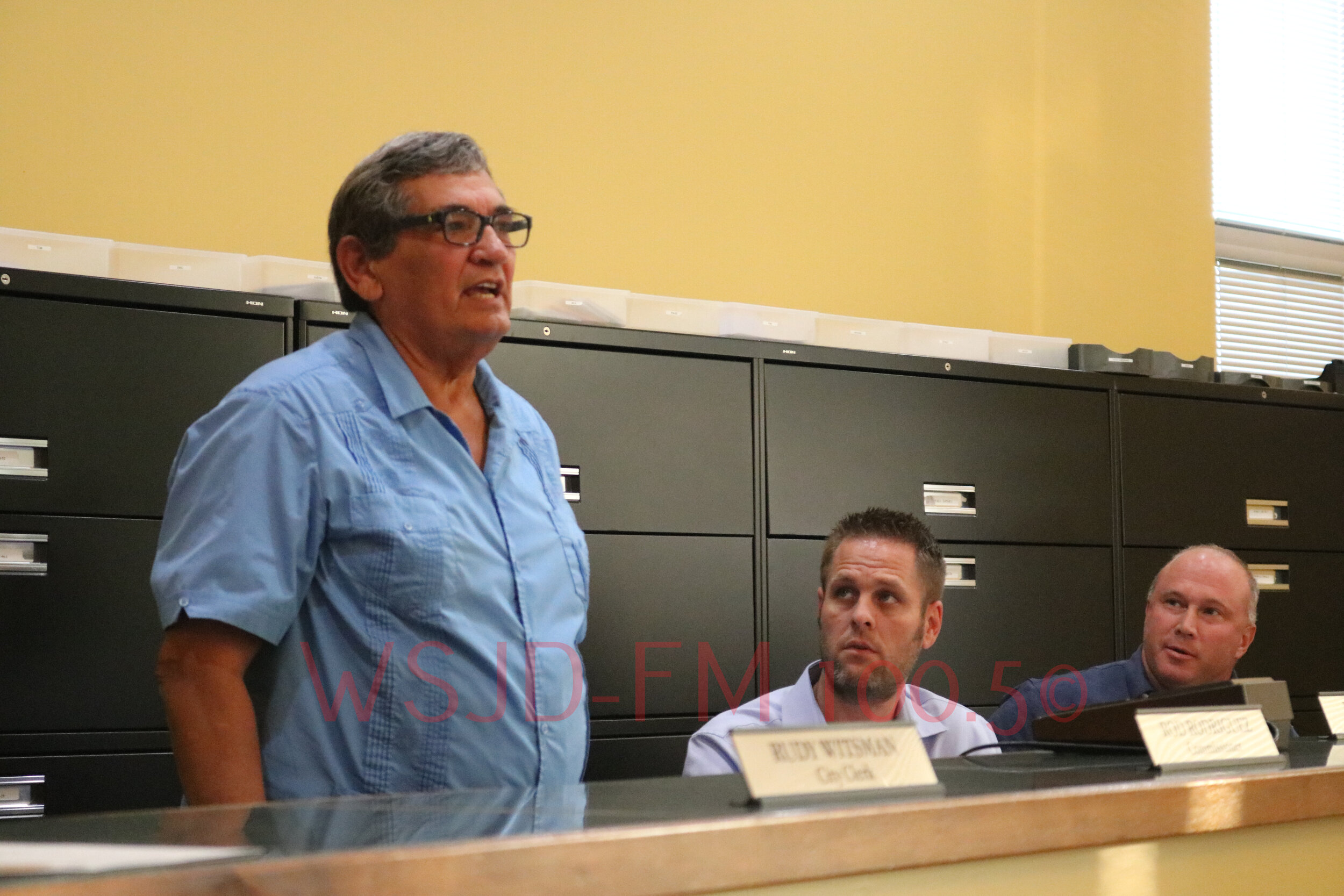 Mt  Carmel City Commissioner Rod Rodriguez announces his resignation from the City Council while Mayor Joe Judge (R) and Commissioner Justin Dulgar (Middle) look on.