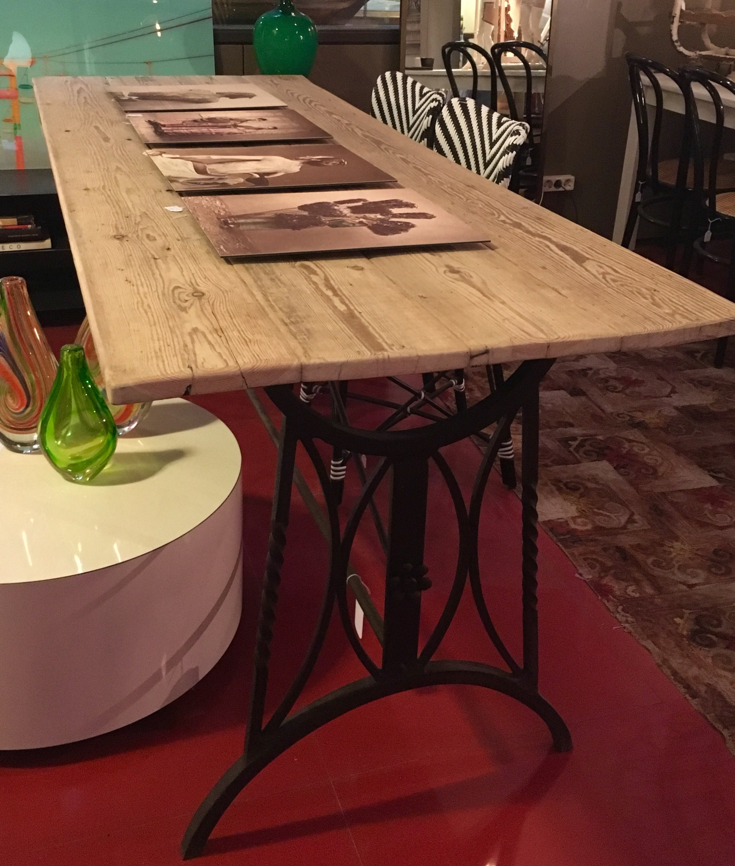 Mesa de madera con patas de hierro