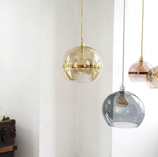 Lámparas de cristal en diferentes colores y tamaños