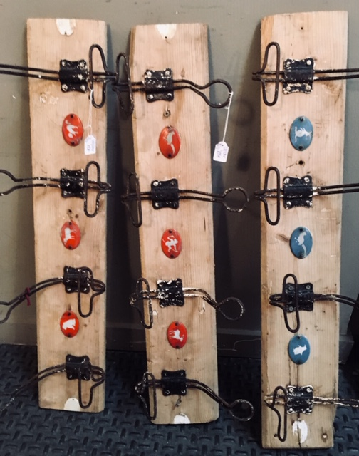 Colgadores pared madera