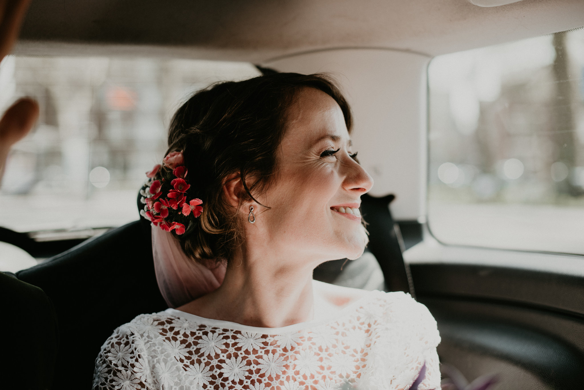 Rotterdam bride in the back of a car driving to De Machinist to have her wedding ceramony