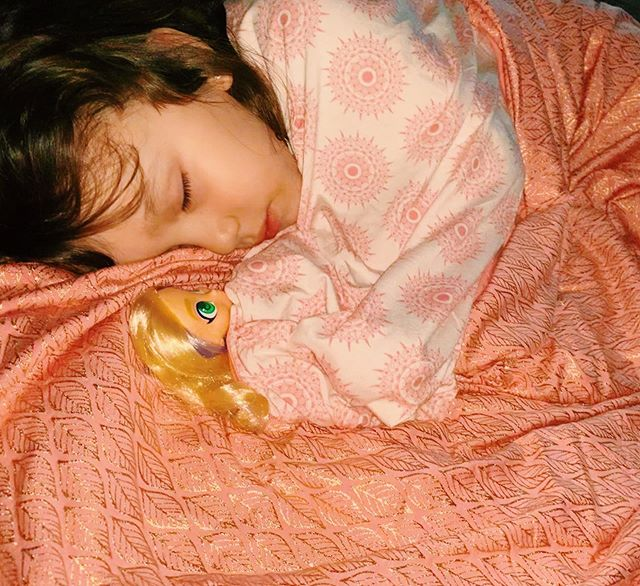 Stay cozy, KICKEE friends! 💕 We are loving the Desert Rose Gold Leaf paired with Macaroon Mandala! 😍What's your little ones favorite KICKEE blanket?