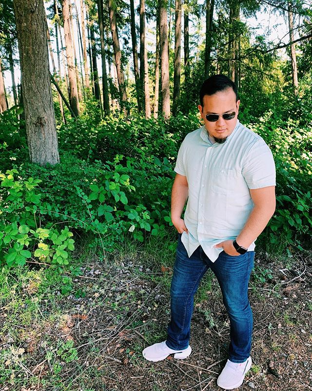 Father's day is just around the corner. Our new short sleeve woven button down shirt is the perfect gift for dad! Check out one of our father dots rockin' his shirt in style. 🕶 #kickeemenswear