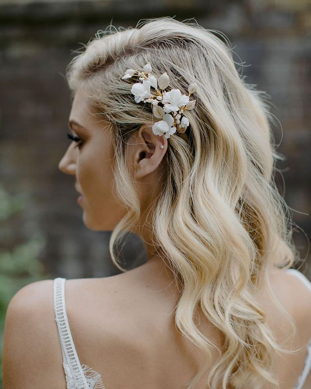 💕It's the simplest of touches that can make all the difference. This gorgeous @taniamarasbridal headpiece added a subtle touch of glam to these pinned back curls. 📸 by @heartandcolour