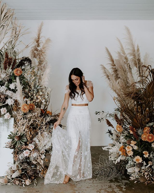 Another peek at 'The Wiluna Bride' ✨  For this shoot we opted for loose whimsical waves, perfect for the free spirited babe 💘  Photography by @jennywuphotography  Florist + styling by @wiluna.studio  Makeup by @jessicaperismakeup  Brows by @itsthab Location @nakedcubbyco Model @hustlinlin Dresses by @mrs_fray @kwhbridal