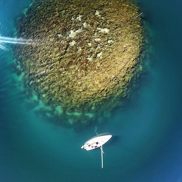 Beautiful, yet dangerous... #pdfhawaii #pacificdiversifiedfinishes #hawaiiboatrepair #boatmaintenance #boatpainting #kaneohebay #kbay #reef #aerial #cal20 @kbayaerials