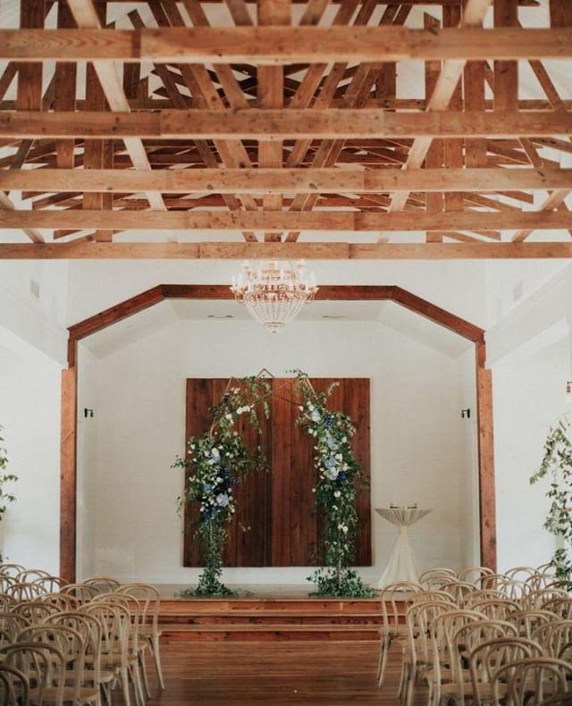 This textured arch is everything 🙌 | Photo: @christinachildressphoto Florals: @pollenevents |  #gooakcliff #bishopartsdistrict #historicdallas #dallasweddingvenue #dfwbrides