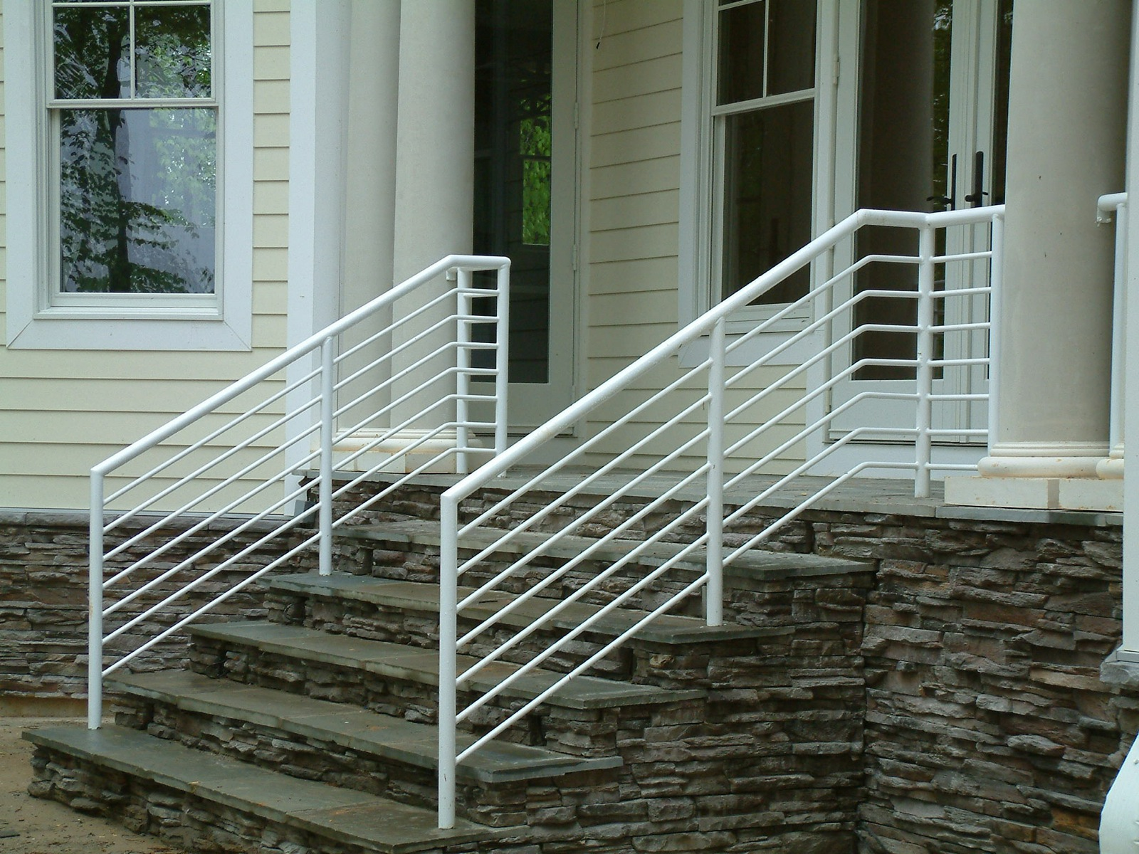 Aluminum pipe rail with horizontal solid rods