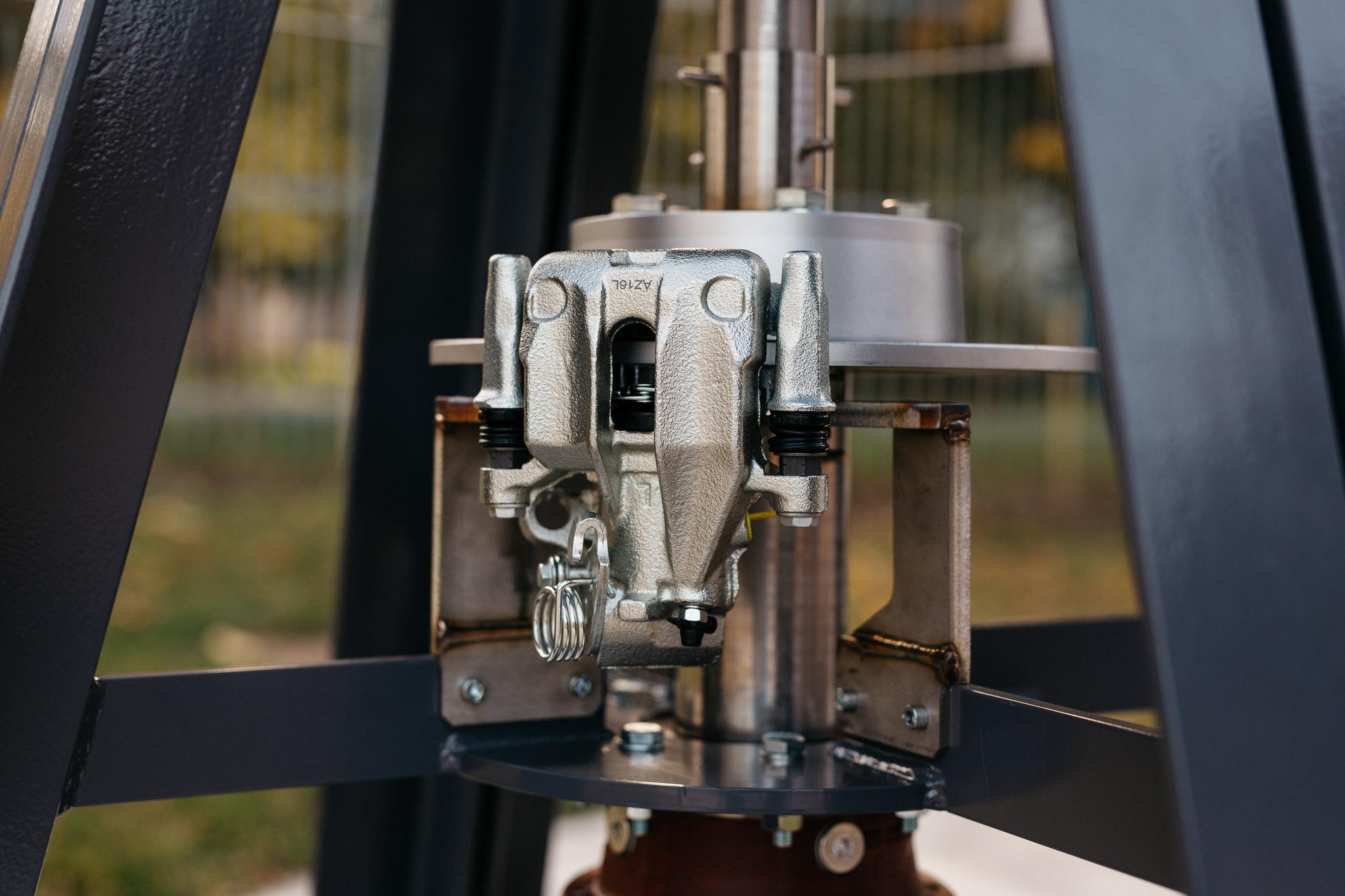 ….A biztonsági fék. Szereléskor, beállításkor állóra kell fékezni a rotort. ..The safety brake. When installing or adjusting, the rotor has to be stopped…..