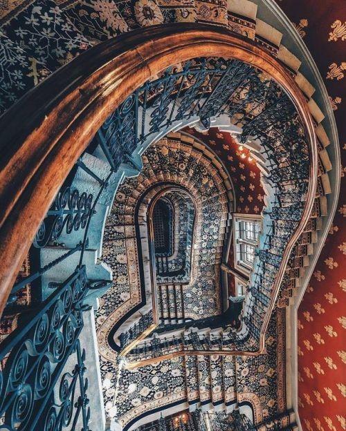 St Pancras Renaissance Hotel staircase.jpg
