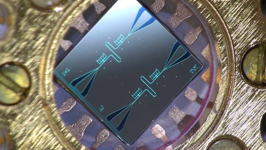 A centimetre-sized silicon chip that has two parallel superconducting oscillators and quantum-circuit refrigerators connected to them.