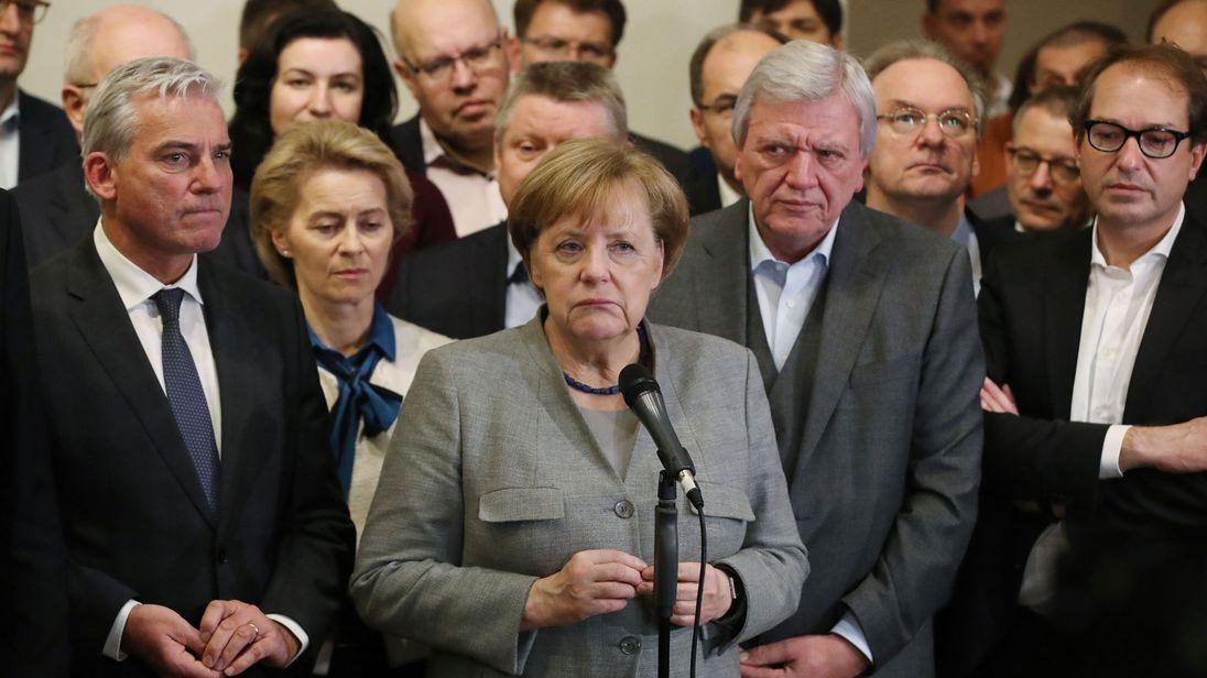 ES GEHT WEITER    Nach 6 Monaten Diskussionen und Verhandlungen gibt es endlich eine neue Bundesregierung, die von CDU-Chefin Angela Merkel, die...   Von Alex Beard