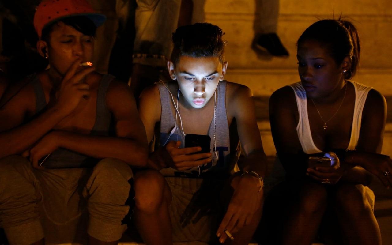 CUBA ES UNO DE LOS ÚLTIMOS ESTADOS EN LANZAR ACCESO COMPLETO A INTERNET EN LOS MÓVILES    Finalmente, los ciudadanos de uno de los países menos conectado del hemisferio occidental, Cuba, van a poder acceder a Internet a través de sus móviles.   Por Timi Obatusin