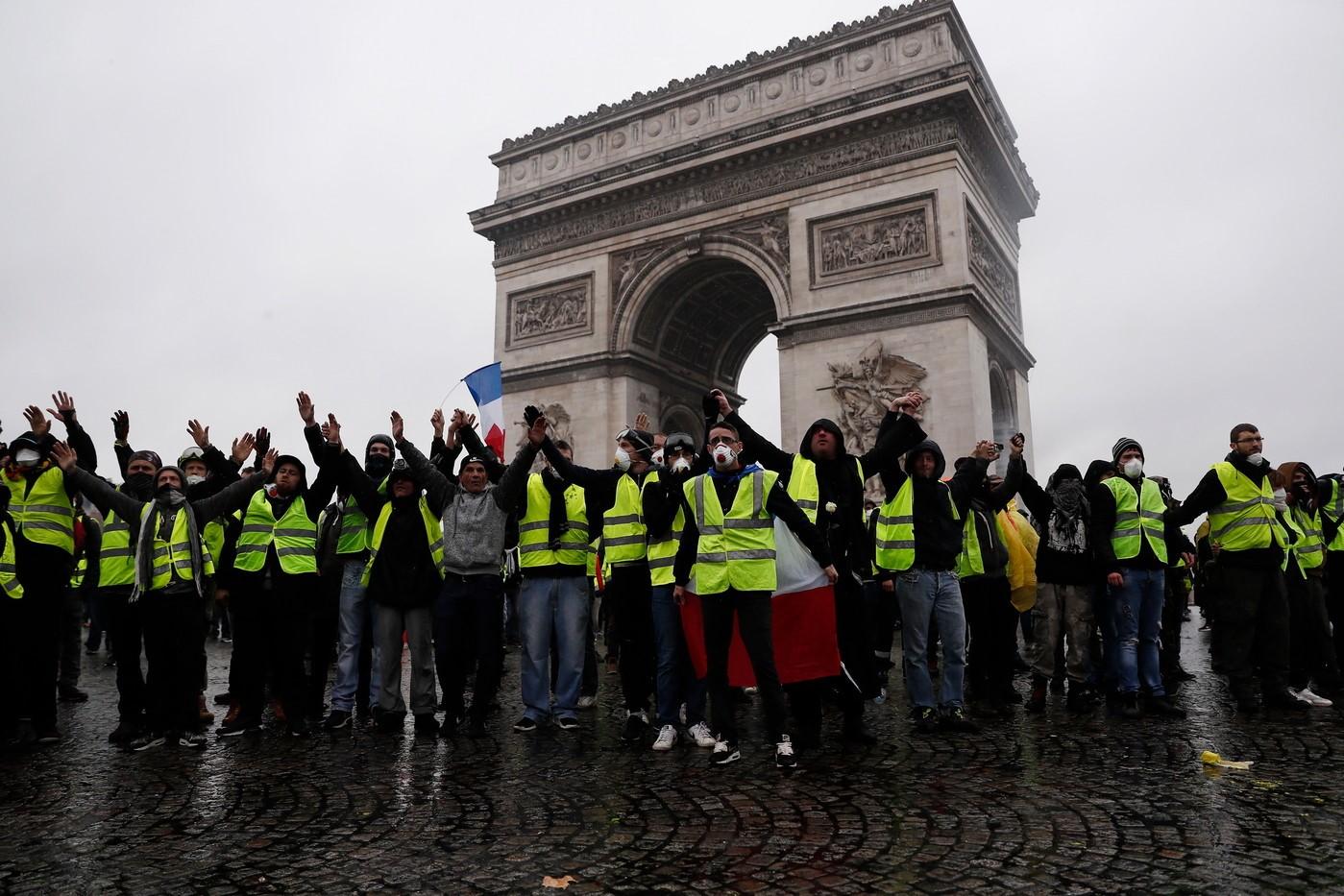 MACRON SOUS PRESSION    La France est connue à travers le monde pour une tendance d'utiliser l'action revendicative afin d'atteindre un but. Les grèves, les manifestations, voire des émeutes ne sont pas rare. Généralement, les manifestations sont composées de quelques…   Par Oscar Smith