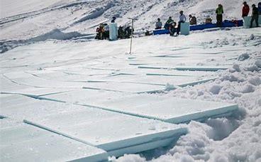 LA TECHNIQUE DE 'SNOW FARMING'    Qu'est-ce qu'on peut faire quand il n'y a pas assez de neige au début de la saison de ski ? Les fermes de neige pourraient peut-être résoudre ce problème, qui est souvent un grand souci pour des stations de skis. La technique a été déjà utilisé à Val-Thorens aussi…   Par Oscar Smith