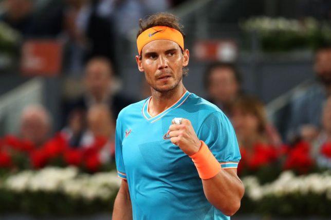 RAFAEL NADAL - LE ROI DE LA TERRE BATTUE    À Roland-Garros, il n'y a qu'un roi, et il s'appelle Rafael Nadal. Après avoir étrillé l'illustre Federer, justement, en demi-finale du grand chelem parisien, l'Espagnol a conservé sa couronne en dominant l'Autrichien Dominic Thiem au terme d'une finale à très haut niveau. Victorieux en quatre sets…   Par Adam Hassan
