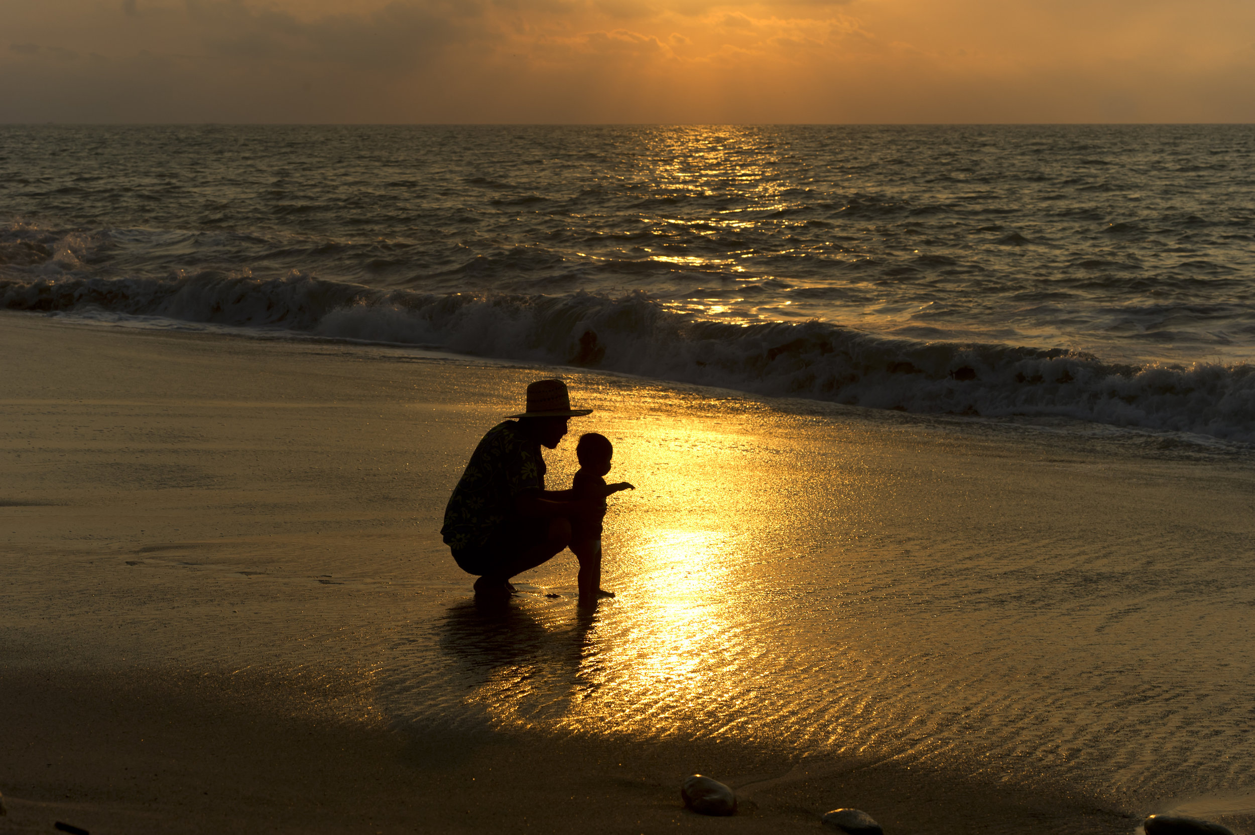 051361512-father-and-baby-beach-silhouet.jpeg