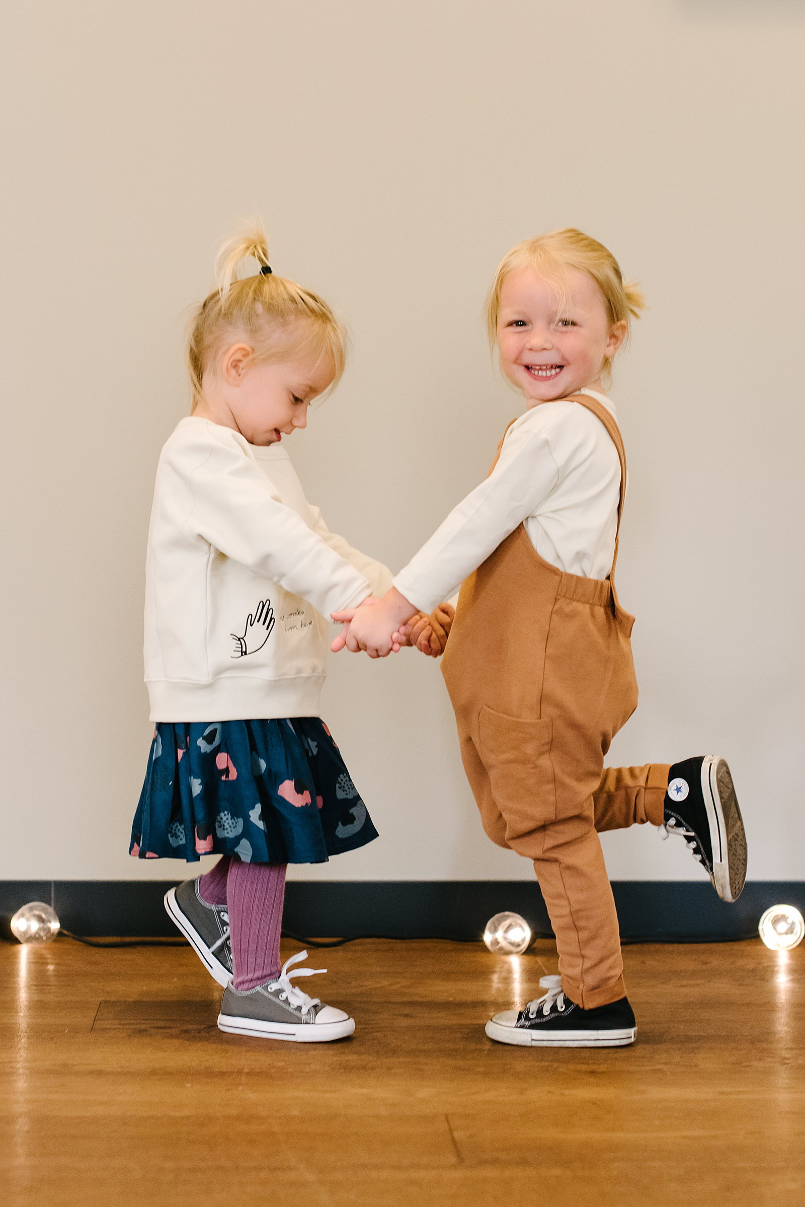 zwei-freundinnen-tanzen