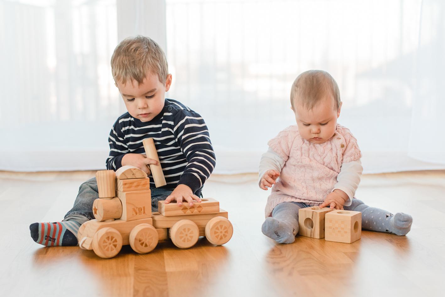 geschwister-spielen-gemeinsam