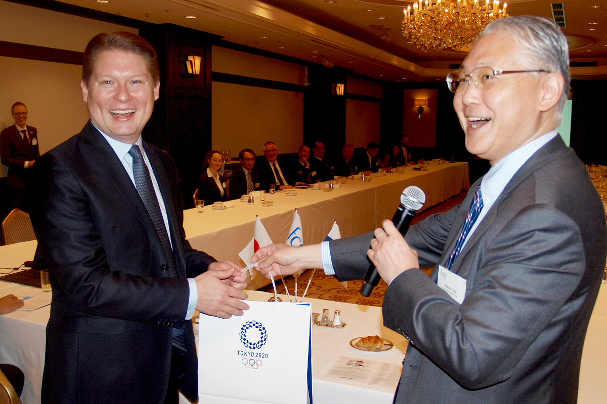 Mr. Topi Manner (left) receives a Tokyo 2020 bag from FCCJ President Masaoki Fujita (right)