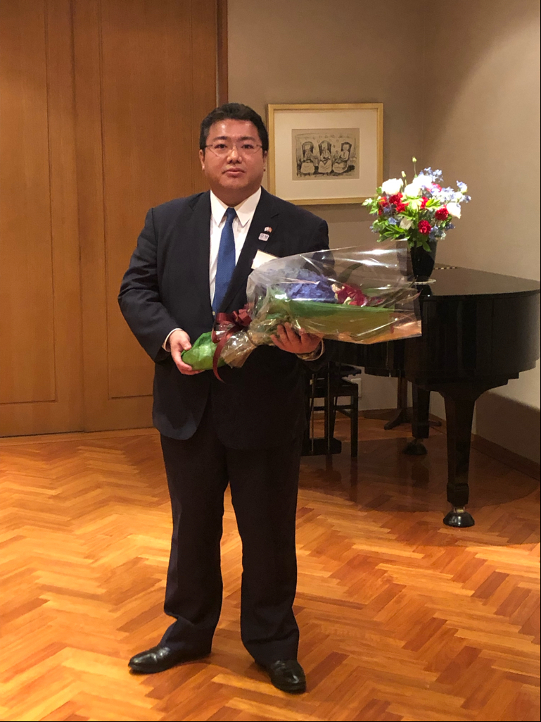 Mr. Keita Koido received flowers as a token of appreciation for his contribution to the Chamber