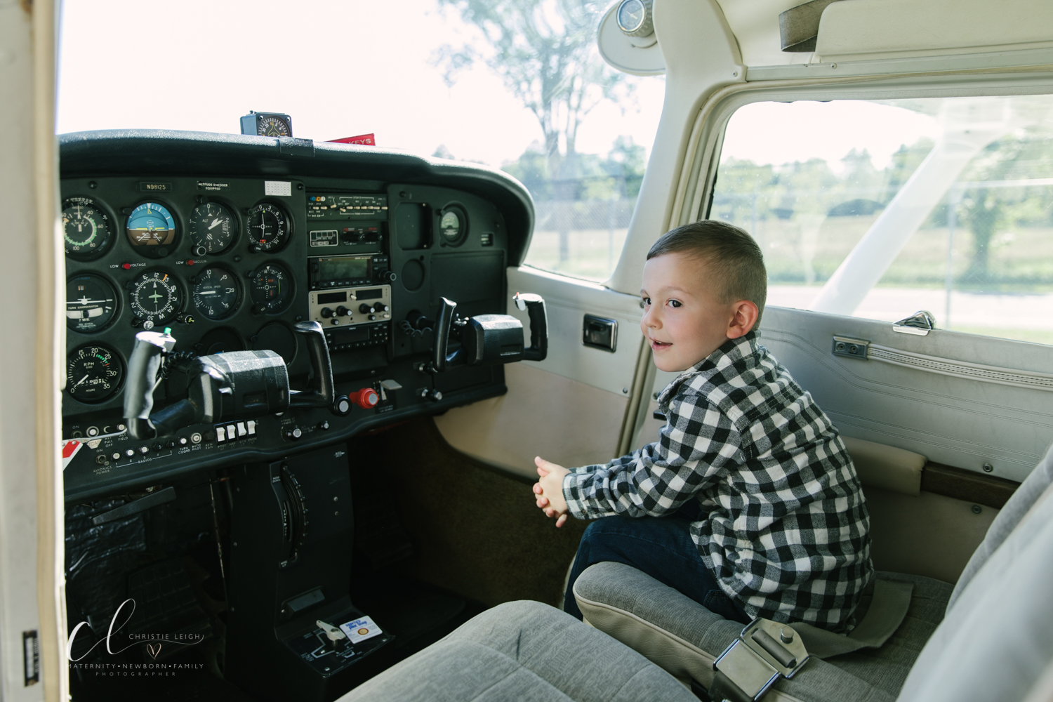 Aviation_Themed_Fourth_Birthday_at_Youngstown_Airport_Hanger_Vienna_OH_by_Child_and_Family_Photographer_Christie_Leigh_Photo-12.JPG