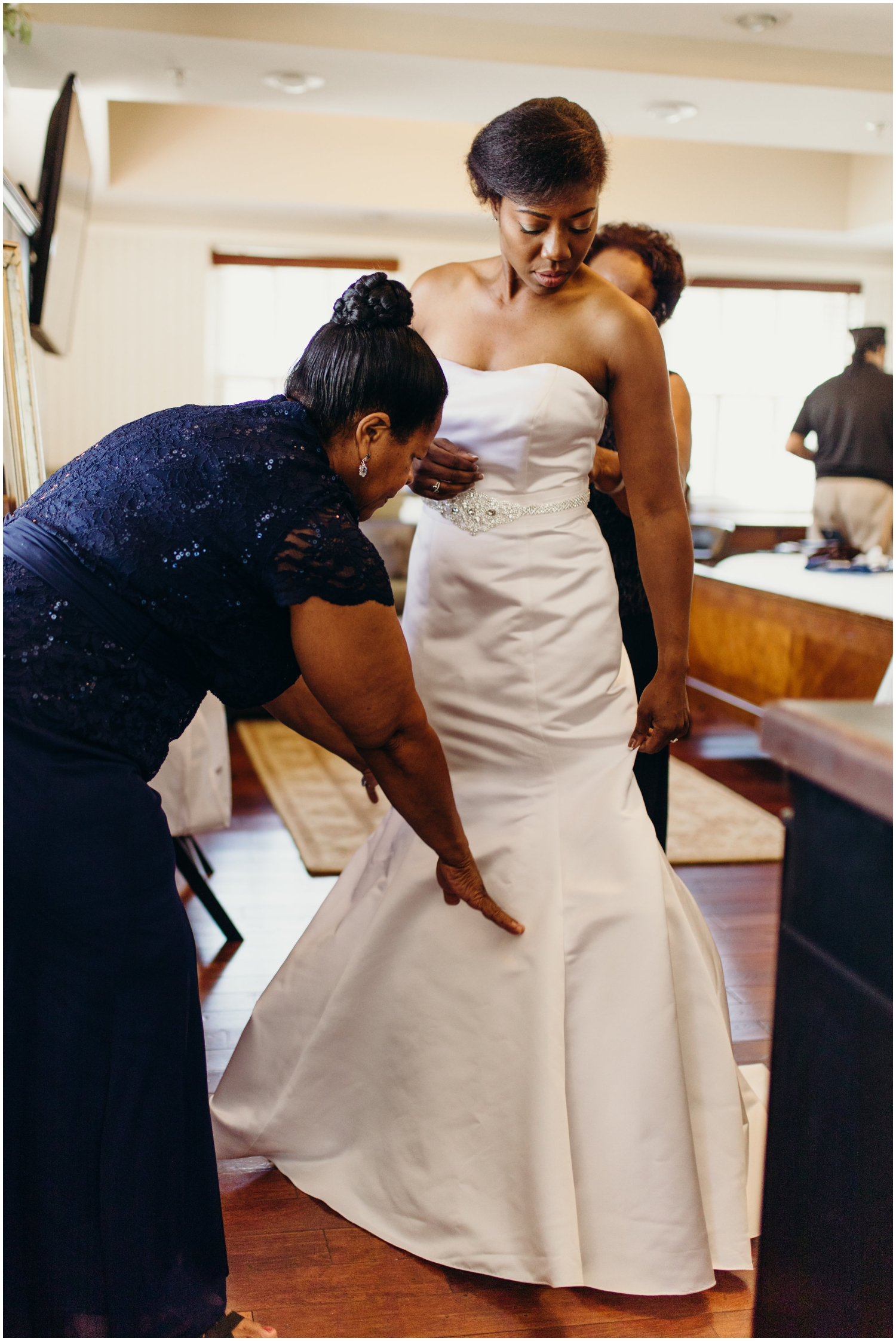bride getting ready for her Minnesota wedding