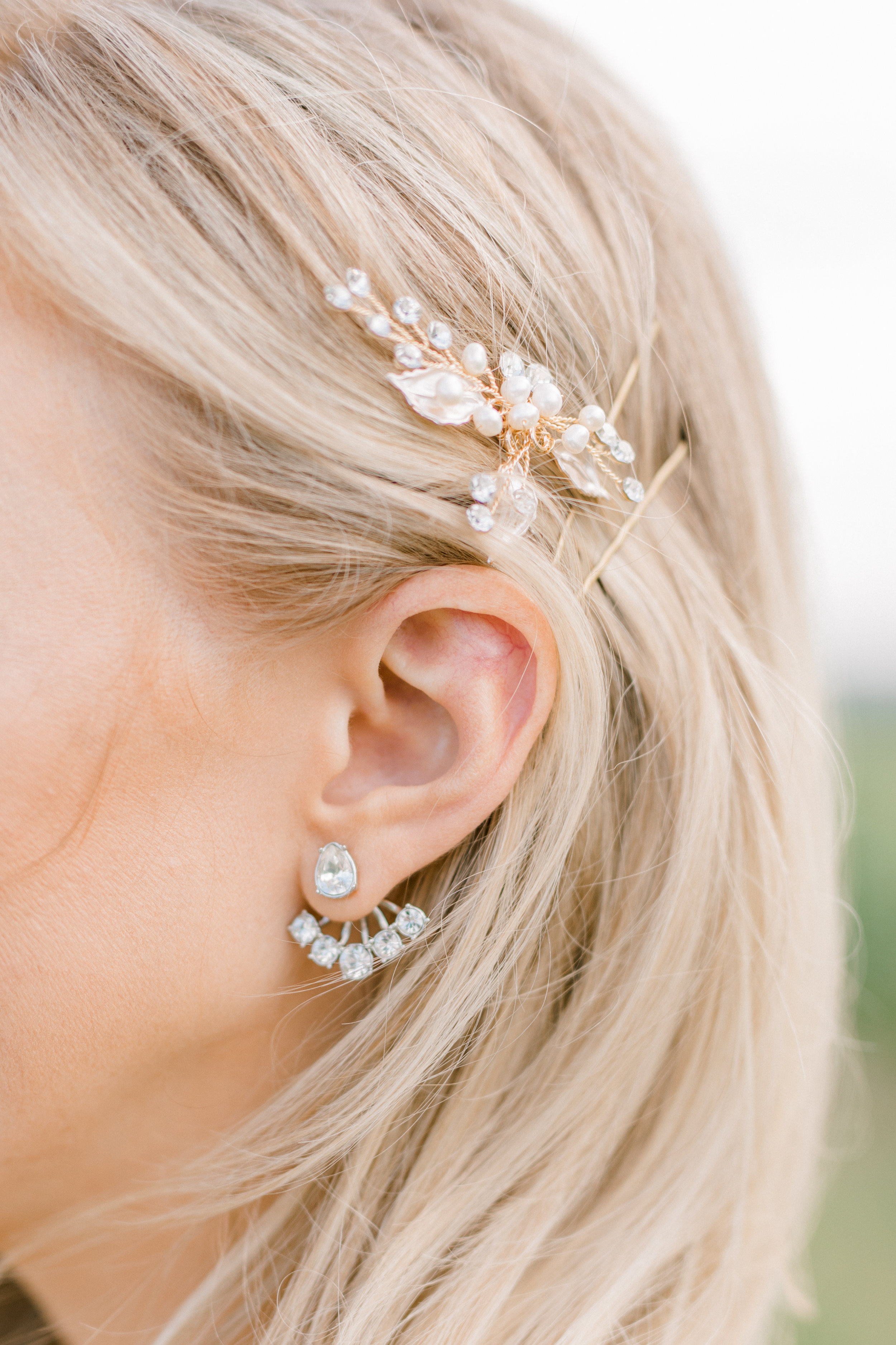 haley-richter-photography-summer-vineyard-winery-wedding-bridal-style-hair-clip-gold-pearls-elegant-simple-leaf-givenchy-silver-floater-illusion-earring-diamonds-jewelry