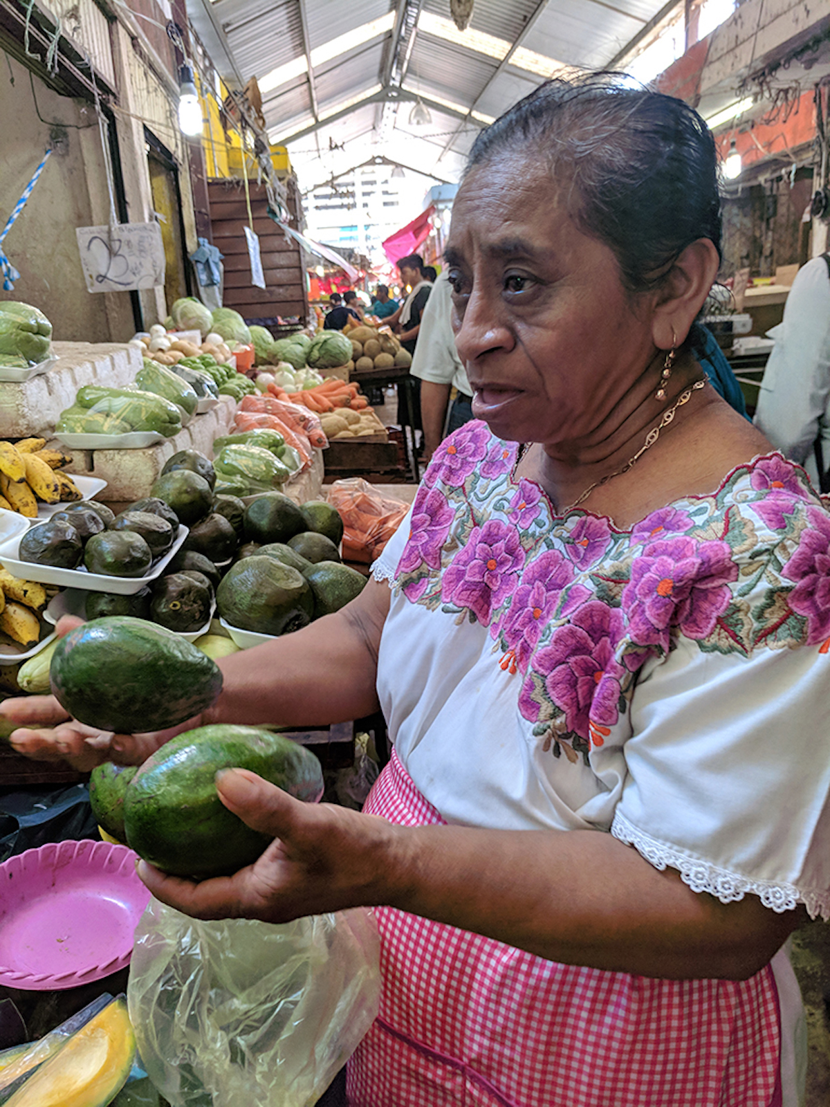 W4_Mujer vendiendo aguacate.jpeg