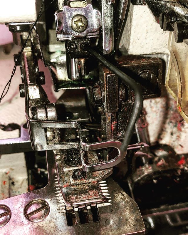 The complexity of a #sewing #machine is something that very few people can understand and ultimately #master. Some days they #work perfectly, other days they don't want to work at all. #Patience is key to these machines, as well as for the unique creations they help manufacture #slowfashion #sustainablefashion #circularfashion #ethicalfashion . . . . La complejidad de una máquina de #coser es algo que muy pocas personas pueden entender y finalmente dominar. Algunos días funcionan perfectamente, otros días no quieren trabajar en lo absoluto. La #paciencia es clave para estas máquinas, así como para las creaciones únicas que ayudan a fabricar #modalenta #modasostenible #modacircular #modaetica