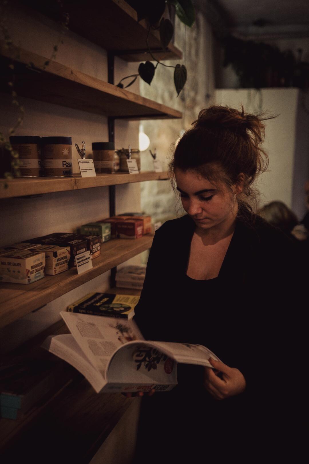 3 cantines/cafés où tu aimes te rendre à Paris ? - Wild & The Moon fait clairement partie de mes adresses préférées. Le lieu est agréable, c'est toujours bon, frais, les plats changent régulièrement. J'adore leurs lattes leur cream cheese... je craque toujours.La Palanche d'Aulac, petit restaurant sans prétention rue Rodier dans le 9ème, pour de la cuisine vietnamienne faite maison et avec amour — on le sent ! Le choix des plats est restreint, il n'y en a que 4 ou 5 à la carte, mais tout est bon (même les desserts !) et c'est toujours un véritable bonheur d'y revenir.Puis (c'était difficile de choisir) Sol Semilia, rue des Vinaigriers. Parfait pour commencer la journée ou faire une pause : se balader au soleil le long du canal puis se poser avec une boisson à base de superaliments et/ou une assiette du jour, toujours parfaitement composée.