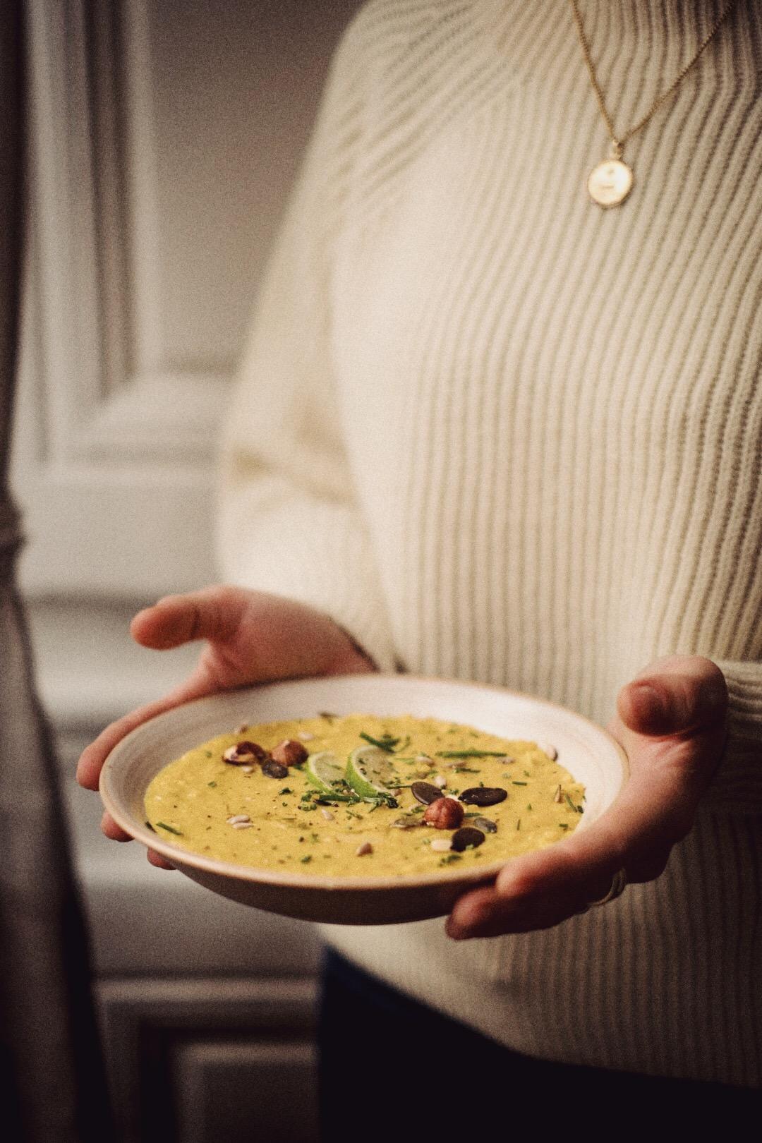FOOD - Que représente la cuisine pour toi ?J'ai toujours adoré cuisiner, passion partagée avec tous mes proches, je dois dire que dans ma famille, nous passons beaucoup de temps à préparer, à manger, à échanger sur ce qu'il y a dans nos assiettes et à faire « Mmhhh » à chaque bouchées.Que ce soit pour manger sur le pouce, pour cuisiner un jour de « flemme » ou pour un dîner dehors, j'accorde une grande importance à ce que je mange et cela depuis un bon moment déjà. N'oublions pas que nous sommes ce que nous mangeons :)