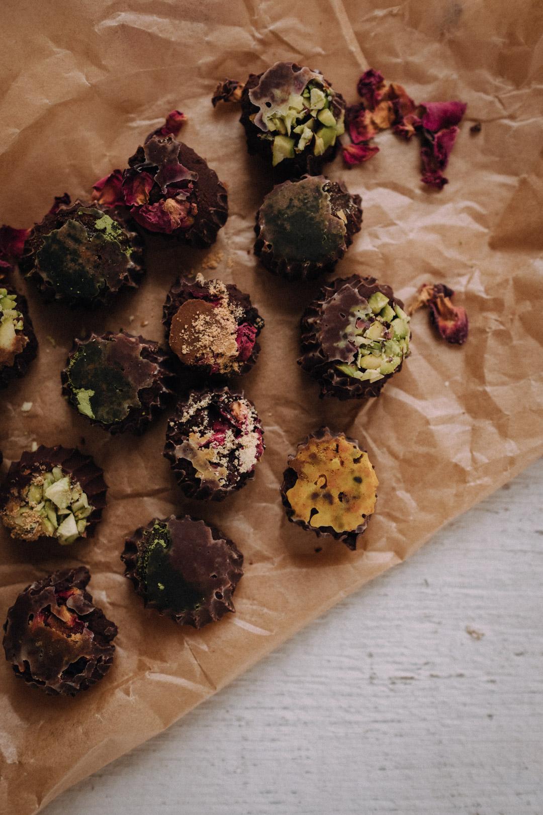 Si vous voulez préparer une petite attention pour jeudi for that someone speciaaal, - j'ai envoyé 3 propositions dans la newsletter, dont celle-ci. Ce sont les petits chocolats du livret de recettes adaptogéniques. Pour jeudi, je les ferais avec du schisandra, de la maca et des pétales de rose. Une fois le chocolat fondu, mélangez le schisandra et la maca directement au chocolat avant de le verser dans les moules. Et gardez les pétales de rose juste pour la déco.